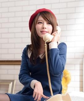 電話占いを受ける女性