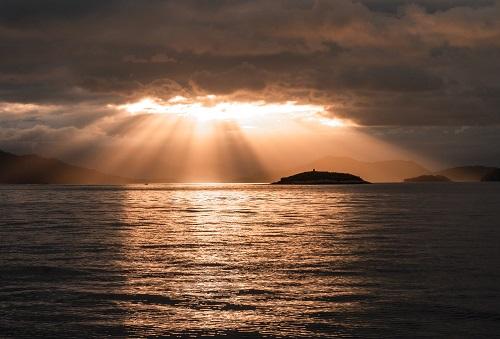 神秘的な海と太陽