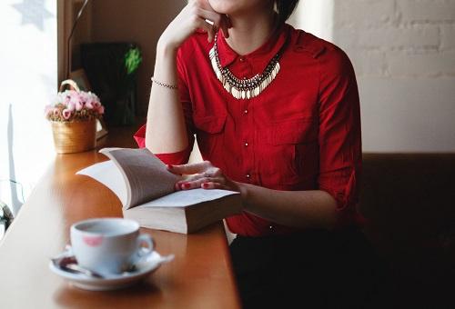 本をもって考える女性